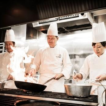 結婚式でのおもてなしの最重要点とされるお料理を、私達スタッフと共に作り上げませんか?